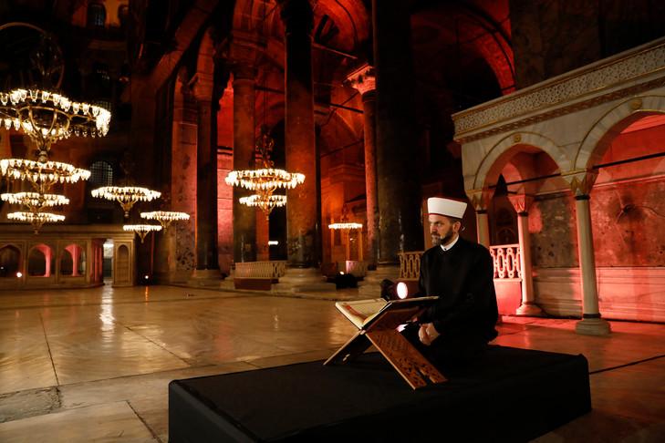 N° 223 Istanbul: un imam priant à Sainte-Sophie, une première depuis 87ans